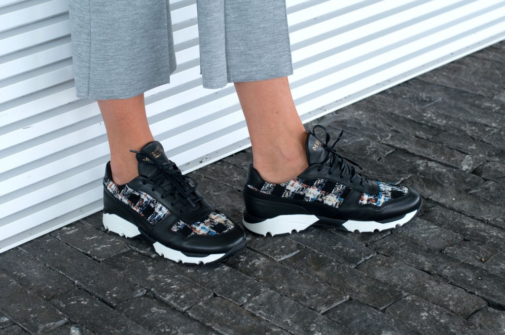 BLACK SNEAKER BEAUTIES